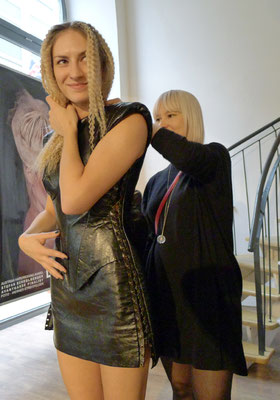 ... Claudia Behnke (UK) beim anpassen der Stylings ...