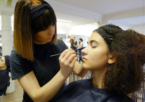 ... Vanessa zaubert den Models das perfekte Make-Up ...