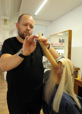 ... unser Team stimmt seine Haarschnitte ...