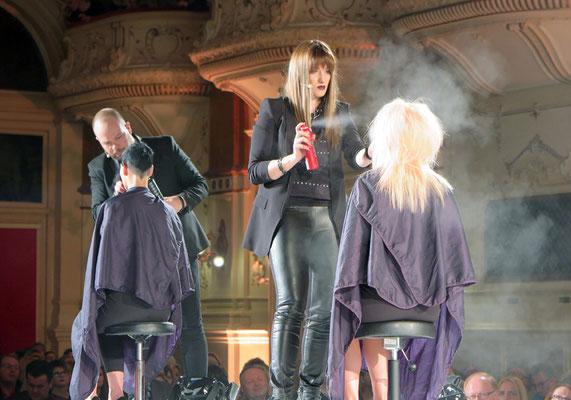 Alexander Lepschi und Theresa Schirz live on stage beim Stylen der Models