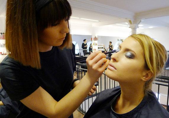 ... unsere Vanessa (Stylistin) beim Make-Up für die Models