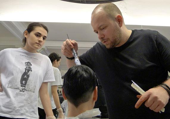 ... Alexander und Aleksandra beim Erarbeiten der idealen Kolorationstechnik ...