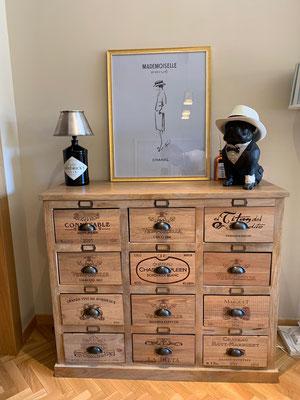 Transformación de mueble industrial utilizando cajas de vino.