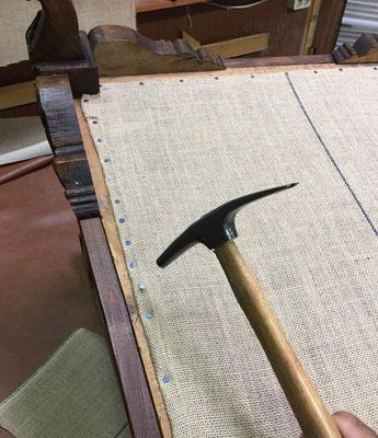 Tapizado de butaca descalzadora del siglo XIX