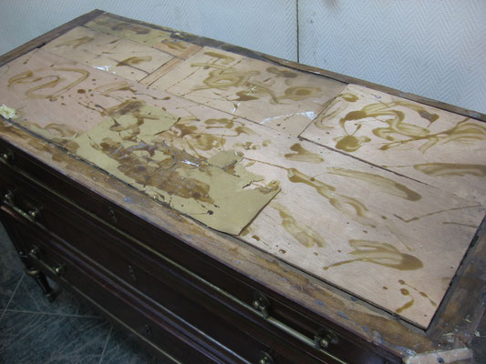Restauración de cómoda de caoba francesa estilo Luis XVI.