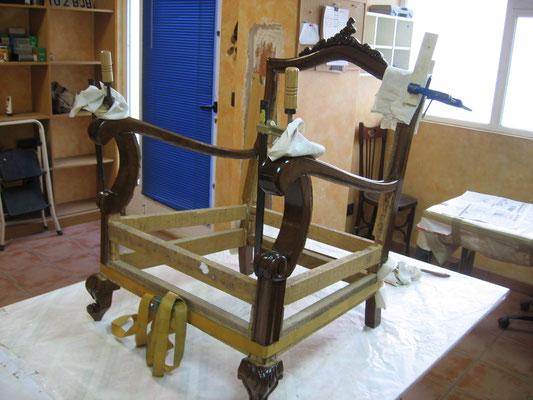 Restauración y tapizado de butaca descalzadora del siglo XIX