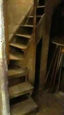 Escalier étroit menant à la oge seigneuriale