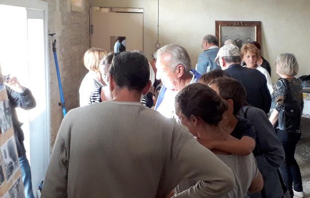 Le public nombreux écoute les explications de Tadeck, membre du CDRE