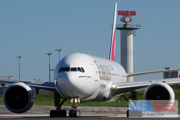 30.10.2013 A6-EWJ Emirates B777-21HLR
