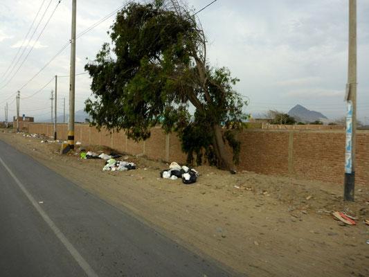 Müll säumt die Strasse und dies Kilometerlang