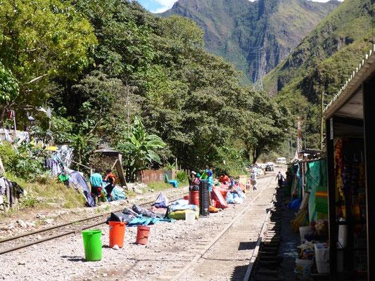 Entlang der Bahngeleise werden Esswaren verkauft