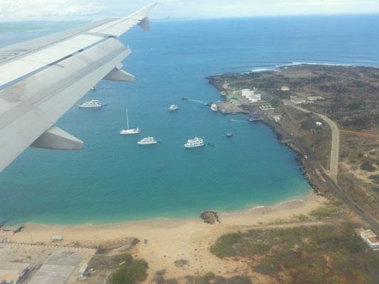 Anflug auf Baltra, in der Bucht wartet schon die Yacht Angelito