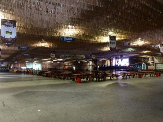 Die leeren Festhallen wegen der Hochwasserwarnung