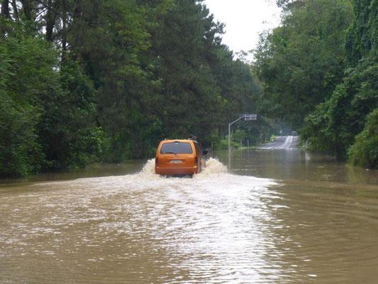 Die Strasse steht unter Wasser