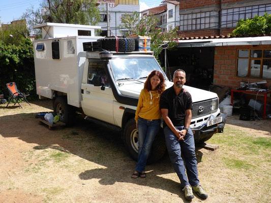 Brigitte und Dani mit ihrem schönen Land Cruiser