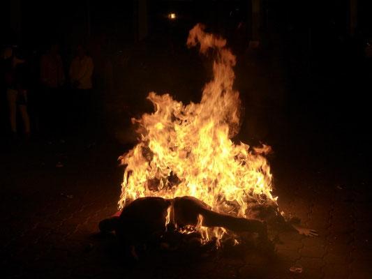 Alle Figuren werden auf der Strasse verbrannt!