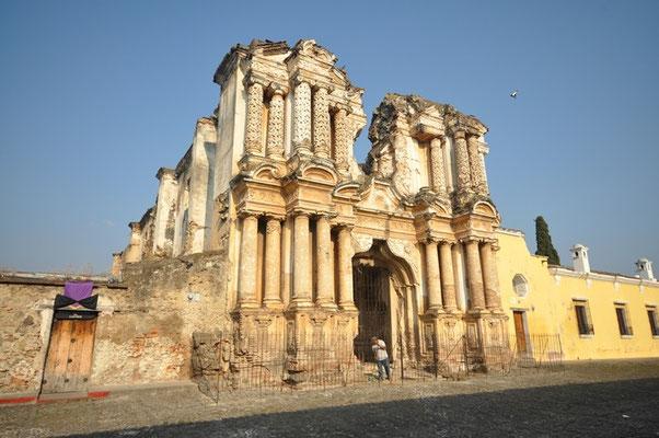 Viele der schönen Bauten wurden durch ein Erdbeben zersört
