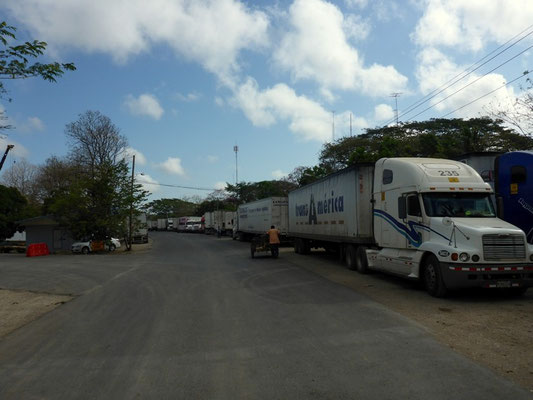 Kilometerlange Lastwagenkolonne vor der Grenze