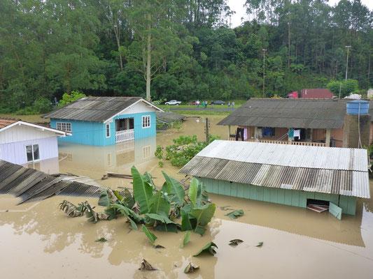 Nicht nur die Strassen stehen unter Wasser, auch ganze Landstriche