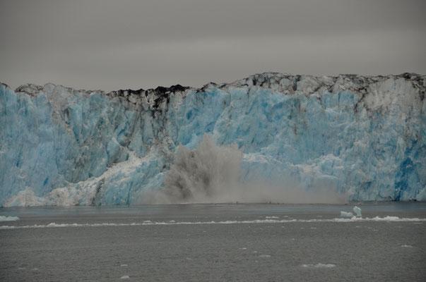 Der Gletscher kalbert alle paar Minuten