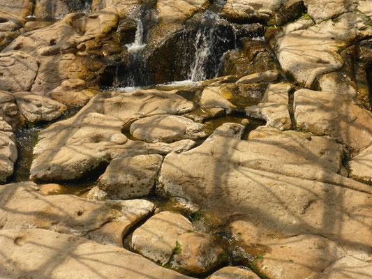 Wassersystem direkt in den Fels gearbeitet