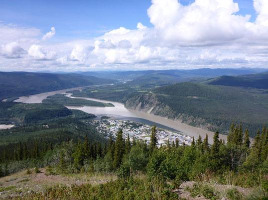 Blick auf Dawson - gut zu sehen, der Zusammenfluss von Klondike und Yukon River