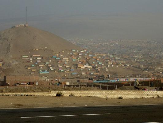 Armenviertel am Hang, säumen die Panamericana