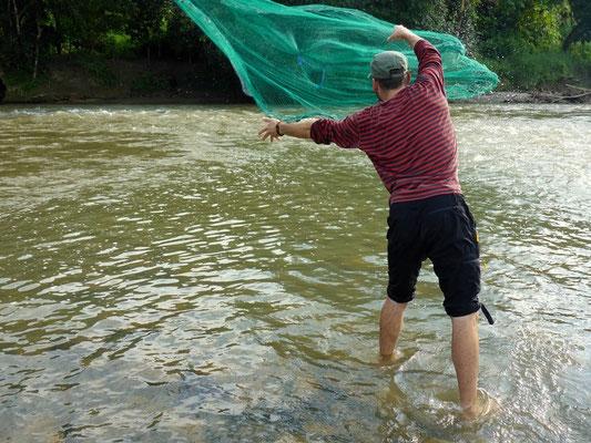 Flavio versucht sein Glück beim Fischen