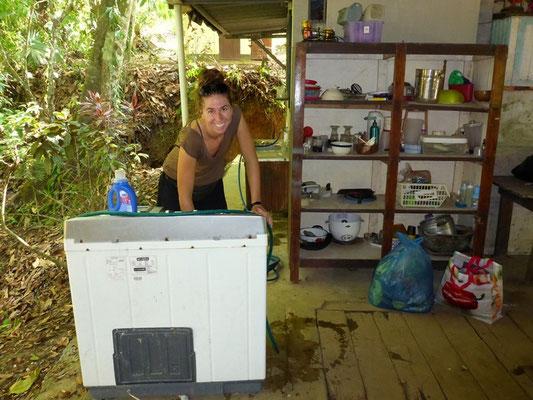 Wäsche waschen mit einer Old-School Waschmaschine