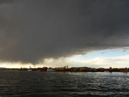 Jetzt Regnets - im Hintergrund die schwimmenden Inseln