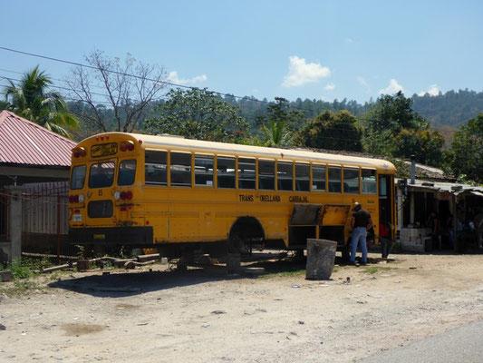 Alte amerikanische Schulbusse gibts überall.