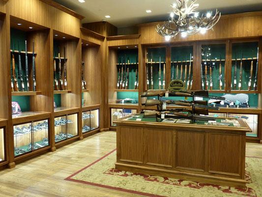 Eine Waffen Bibliothek darf in einem guten Outdoorshop auch nicht fehlen