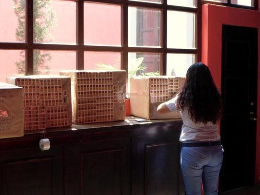 In Guatemala gibt es keine Packetmarken...also bracht es halt 100 Marken