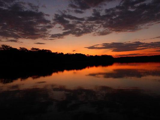 Unglaubliche Sonnenuntergänge vom Kanu aus