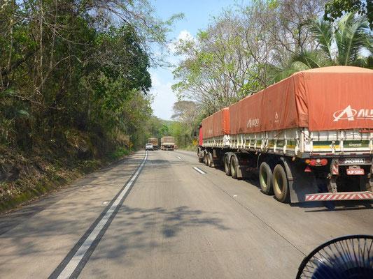 Viele grosse 9-Achsige LKW`s versperren uns den Weg