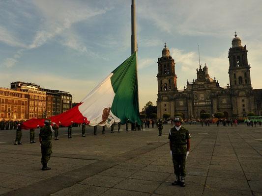 Fahnenaufzug mit Nationalhymne auf dem Zocalo