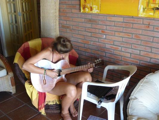 Nathy übt fleissig die Gitarre