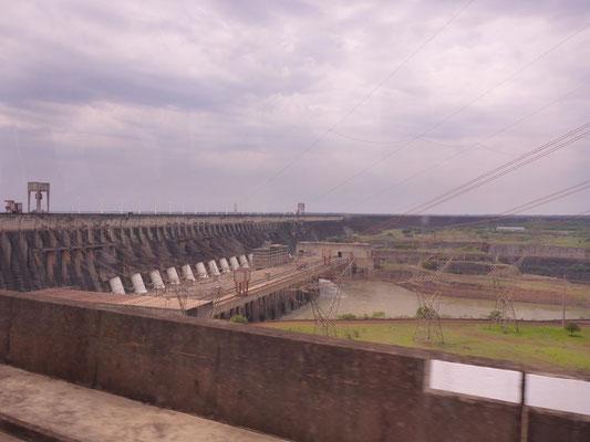 Der riesige Damm mit 20 Turbinen