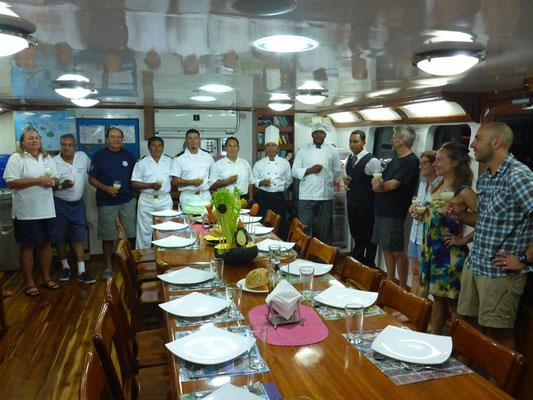 Die Crew und der schön gedeckte Tisch am letzten Abend