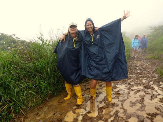 Maja und Nathy haben Freude an der Wanderung