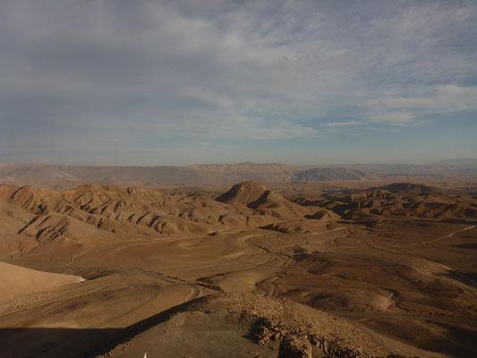 Stundenlang fahren wir durch karge aber faszinierende Landschaften