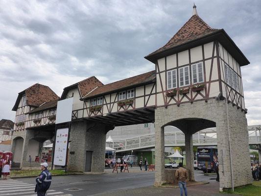 "Am Eingang zur ""Vila Germanica"""