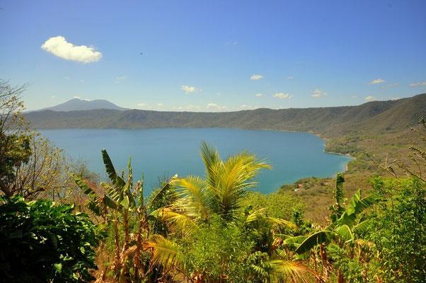 Aussicht vom Kraterrand auf die Laguna de Apoyo