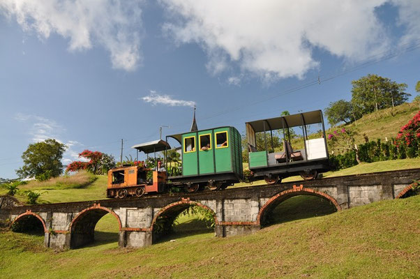 Sogar eine Kirche und eine Eisenbahn gibts auf dem Grundstück