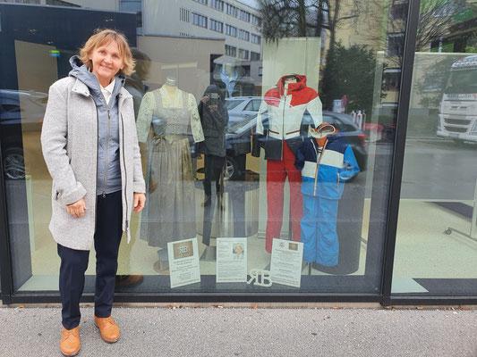 Renate Blankart vor Schaufenster Wifi - Salzburg