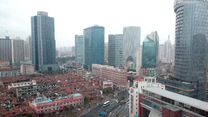 開発が近い。ビルに囲まれた。自分の中でどっちも上海なんだけど時代には勝てないなあ。上海、地下鉄10号線『 天潼路 』近くで。
