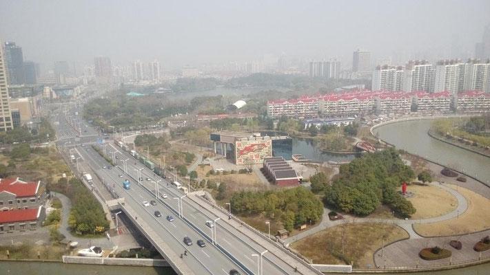 今日は上海あったかい。 新天地河濱花園から。 長寧路×古北路。