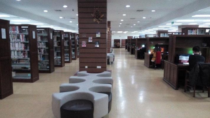 长宁图书馆に行った。 近所にある。10階建て。中国語の本は殆ど読まないけど今後けっこう読むかも。みんな静かに本読んでた。