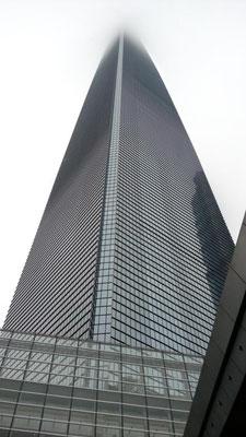 上海环球金融中心。 ビルが高過ぎて上の方が雲に隠れちゃった。 上海、今日は雨。