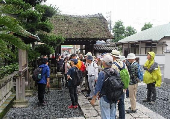 上行寺  日蓮宗寺院の上行寺は、六浦山と号します。  上行寺の創建年代などは不詳ながら、真言律宗金勝寺と称し、後に居館を中山法華経寺とした富木五郎胤継の武運長久の祈願所だったといいます